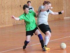 Zimní Dívčí amatérská fotbalová liga: Silver Hills - Sokolky Neznašovy (v zeleném) 0:7.