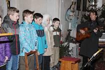 Tříkrálové zpívání v kostele v Dlouhé Vsi.