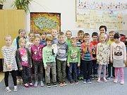 Žáci 1. B ze ZŠ Horažďovice, Komenského s třídní učitelkou Ivanou Formanovou a asistentkou Martinou Štruncovou (vlevo).