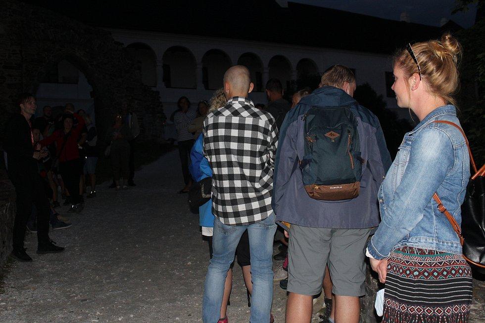 Hradozámecká noc přilákala mnoho turistů.