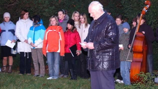 Vzpomínka na 17. listopad u památníku U smutné paní v Hostašových sadech v Klatovech
