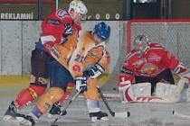 Hokejisté Klatov podlehli ve druhém utkání prvního kola play off druhé ligy Klášterci nad Ohří v prodloužení 1:2 a jsou vyřazeni. O vítězství Klášterce rozhodl Jaroslav Buchal , který má na zádech klatovského beka Radka Špilera (v červeném).
