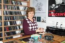Obchodnice Milada Hostašová pozoruje každým rokem snižující se zájem o cédéčka.