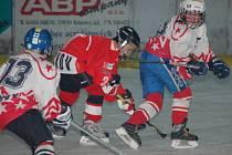 Hokejisté HC Klatovy (bílé dresy) podlehli doma v utkání přeboru Plzeňského a Karlovarského kraje 5. tříd týmu HC Tachov–Mariánské Lázně 3:5.