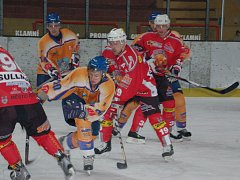 Hokejisté Klatovy (v červených dresech) podlehli ve druhém utkání play off druhé ligy skupiny Západ Klášterci nad Ohří 1:2 v prodloužení. Severočeši sérii vyhráli 2:0 a postoupili do dalších bojů. Pro Klatovy sezona skončila.
