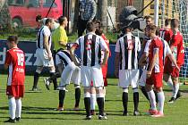 Fotbalisté Klatov (na archivním snímku hráči v červených dresech) vyzvou v předkole MOL Cupu MFK Dobříš (v pruhovaném).