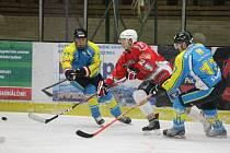 Hokejisté HC Klatovy B (v červeném) prohráli v odvetě čtvrtfinále krajské ligy s Kaznějovem 4:7 po samostatných nájezdech.
