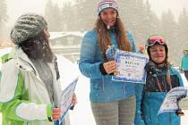 Stupně vítězů obřího slalomu starších žákyň v ÚKZ na Špičáku. Uprostřed první Barbora Zíková (SK Sokol Špičák), vlevo druhá Markéta Jandová (Ski Lipno), vpravo třetí Dominika Tolarová (SK Sokol Špičák)