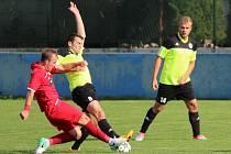 V sezoně 2017/2018 remizovali klatovští fotbalisté (na archivním snímku hráči v červených dresech) se Sedlčany 0:0. Jak dopadne sobotní vzájemné utkání?