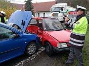 Zranění utrpěl řidič peugeotu, který v úterý v podvečer nezvládl v Kokšíně řízení, dostal smyk a vjel do protisměru, kde do něj narazil Peugeot 206. Nehoda se stala na jednom z kritických úseků.