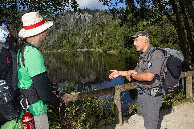 Strážci na Šumavě kontrolují nejen Černé a Čertovo jezero, ale všechna. Snímek je zPlešného jezera.
