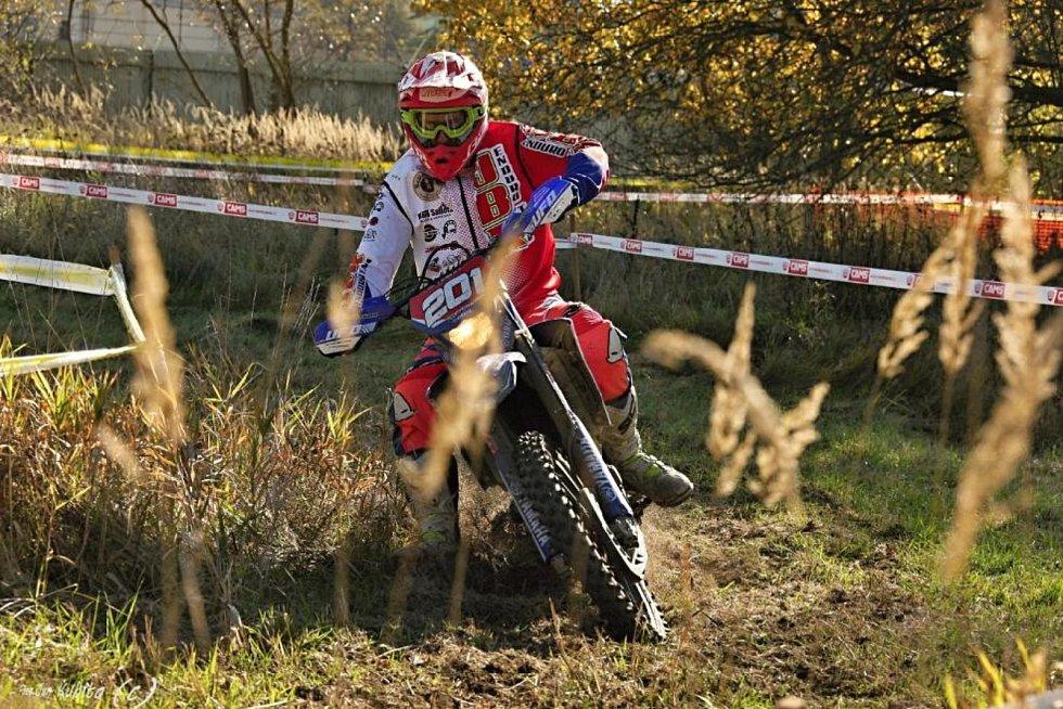 Strážovického závodu se zúčastnil i Jan Benda mladší na stroji Yamaha 250 WR (snímek z enduro testu).