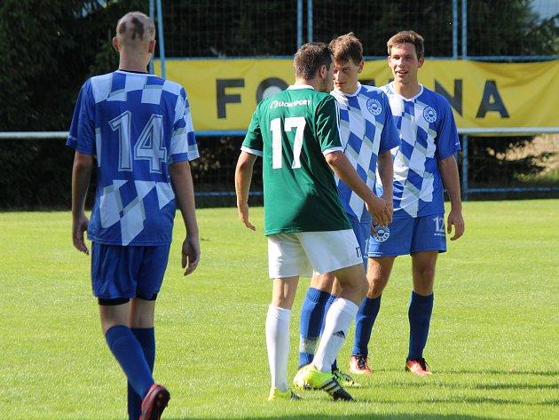 Fotbalisté FK Okula Nýrsko (na archivním snímku hráči vmodrobílých dresech) doma porazili Bolevec, kouče ale zklamala předvedená hra.