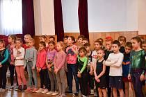 Děti ze škol soupeřily ve sportovní gymnastice.