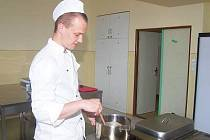 Student oboru kuchař–číšník Integrované střední školy v Klatovech Jakub Sazama si vylosoval jako téma pro vaření čočkovou polévku a znojemskou pečeni.