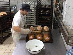 Olympijský chléb si s Karlem Rendlem zkoušel upéct i Vavřinec Hradilek.