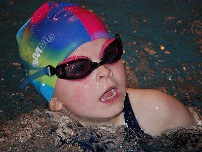 Při otevřených závodech neregistrovaných plavců na pětadvacetimetrové  prsařské trati v klatovském krytém bazénu zaplavala v kategorii dívek ročníku narození 2001 a mladších druhý nejlepší čas šestiletá  Klárka Marešová z Neznašov.