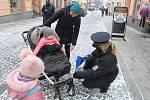 Policisté rozdávají v Klatovech reflexní pásky.