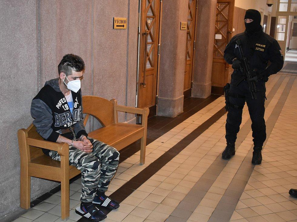 Rumun, který těžce zranil nožem v neděli v Sušici muže, před klatovským soudem.