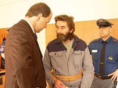 Šimon Bolec se před začátkem procesu radí s advokátem Rostislavem Netrvalem.