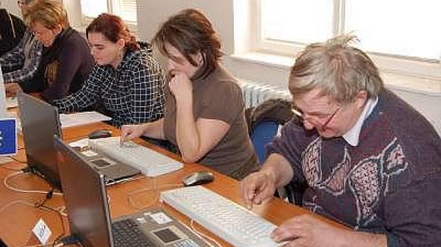 Účastníci kurzu Základy obsluhy PC na první lekci, která se konala v úterý. Kurz je pořádán Úřadem práce v Sušici.