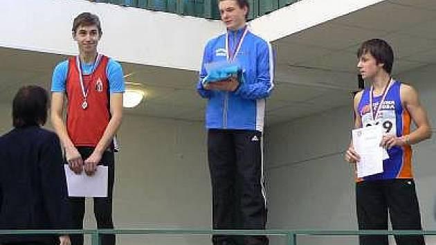 Posledním skokem si vybojoval klatovský atlet Martin Kloud (vlevo) stříbrnou medaili na halovém mistrovství České republiky žactva v Jablonci nad Nisou.