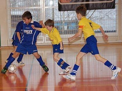 Vítězem tradičního turnaje fotbalových přípravek Atrium Cup 2008 se staly fotbalové naděje z Katovic. Snímek je z  kvalifikačního  utkání, v němž Mochtín, jehož barvy hájil také Pavel Lorenc (vpravo),  podlehl 0:1 Kasejovicím.
