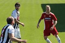 Fotbalisté Klatov (na archivním snímku hráč v červeném) znají soupeře pro příští divizní ročník. Na úvod přivítají Jihočechy