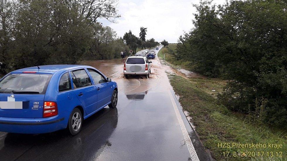 Rozlitý rybníček u Radobyčic.