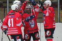 Hvězda zápasu Jiří Maxa (druhý zprava) se raduje se spoluhráči z jednoho z gólů.