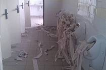 Vandalové řádili na toaletách v klatovských lázních.