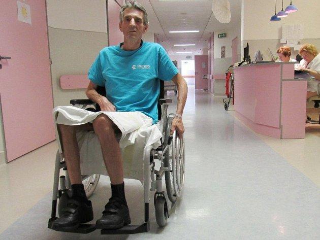 Pacient Vladimír Kavale vyzkoušel nový vozík.