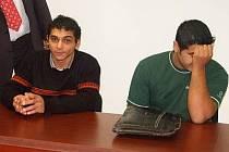 Obžalovaní Patrik Kovács a Martin Tancoš (vpravo) se snažili před objektivem skrývat tvář.