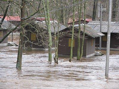 Chaty na sušickém ostrově Santos skončily pod vodou.