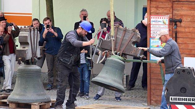 Sundávání zvonů z kostela sv. Markéty v Kašperských Horách.
