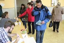 V sušickém volebním okrsku č. 6 měli krátce před sobotním polednem zhruba třicetiprocentní účast.
