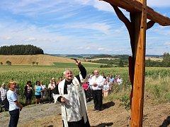 Svěcení obnoveného kříže na staré panské cestě z Myslovic do Obytců na Klatovsku.