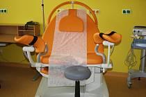 Porodní polohovatelné křeslo v porodním boxu