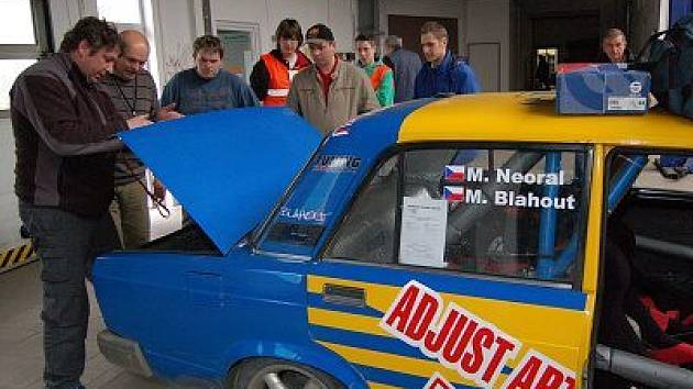 """Technickými přejímkami a tradiční předstartovní show začal ve čtvrtek již 43. ročník Mogul Šumava Rallye Klatovy, jehož """"předskokanem"""" bude 17. Historic Vltava Rallye"""