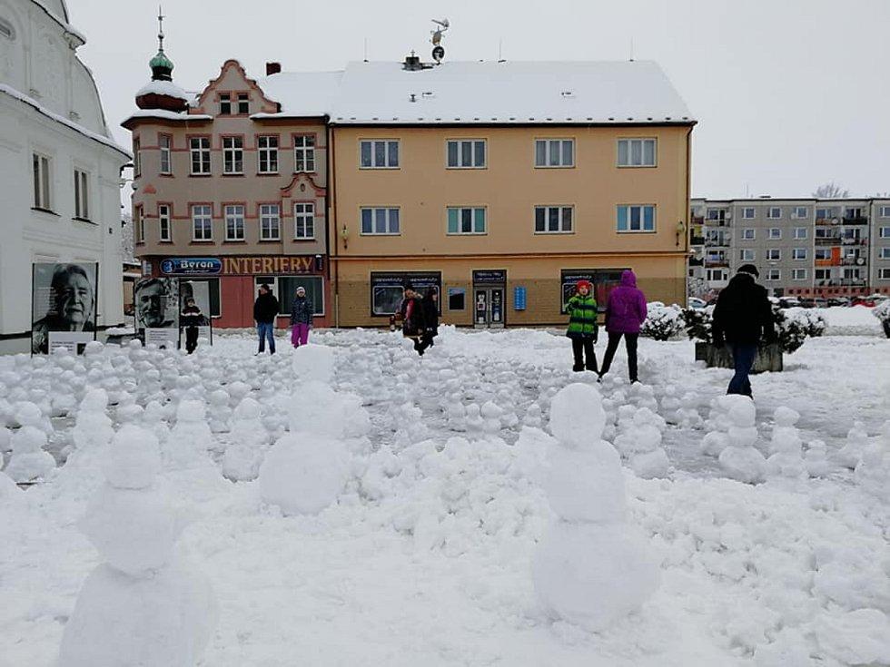 Sněhuláci na nýrském náměstí.
