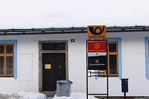 Podle cedulky na dveřích je pošta v Čachrově od 1. 1. 2010 dočasně uzavřena