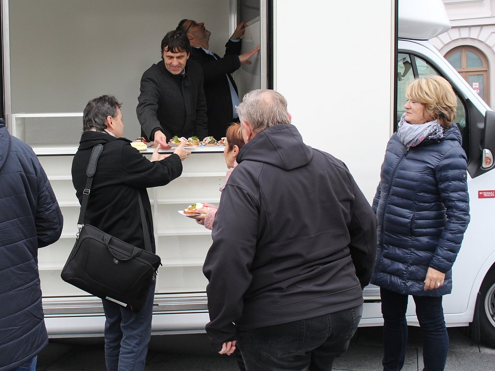 Novou pojízdnou prodejnu převzali starostové z Horažďovicka ve čtvrtek na horažďovickém náměstí