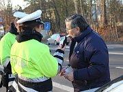 Policie předávala v Klatovech měřiče hloubky dezénů.