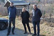 Ředitelé národních parků Šumava a Bavorský les Pavel Hubený (uprostřed) a Franz Leibl (vpravo) představili výsledky výzkumu populace tetřeva.
