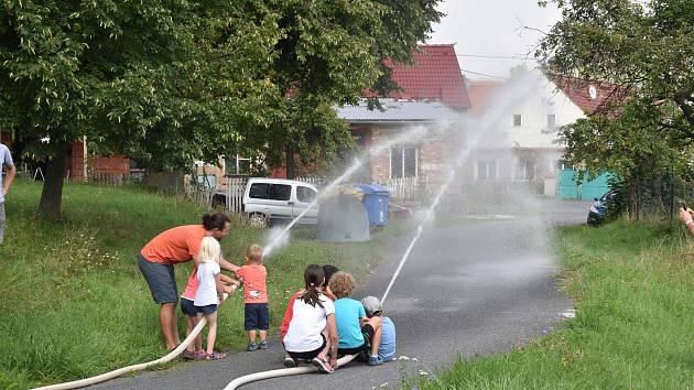 Mladí hasiči se předvedli v požárním útoku.