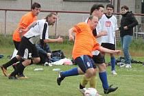 Klatovská Kapitol liga v malé kopané: Rychlá rota Klatovy (v bílém) -  Bukvy Tokio 2:0.
