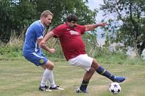 Fotbalisté Dlažova (na archivním snímku hráči v červeném) poprvé letos zvítězili, když porazili Křenice těsně 3:2.