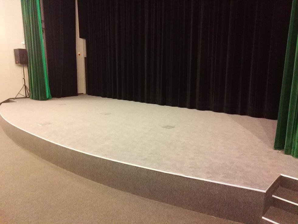 Pódia kin zůstávají prázdná, protože jsou zrušeny akce.