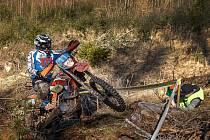 Enduro závod ve Strážovicích účastníky prověřil. Na snímku se nástrahy tratě probíjí klatovský jezdec Václav Haas.