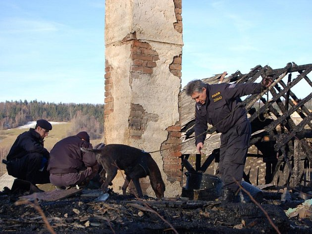 Jeden z velkých požárů likvidovali hasiči hned počátkem roku 2008 v Divišovicích. Starší žena sice před plameny utekla, ale z domu mnoho nezbylo